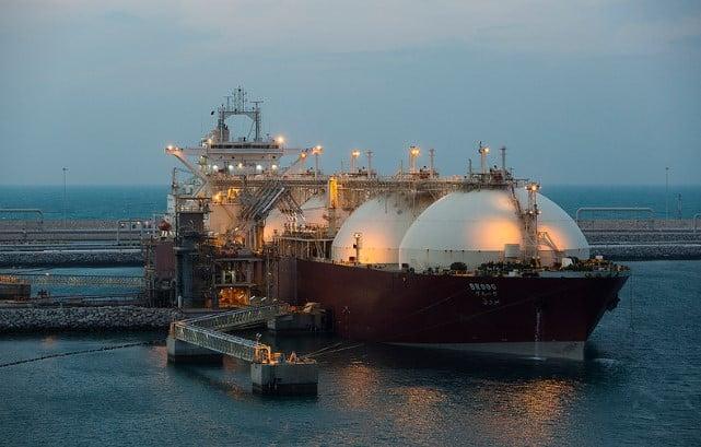 Reuters: chińska spółka sprzedaje w Europie LNG pochodzący z Rosji