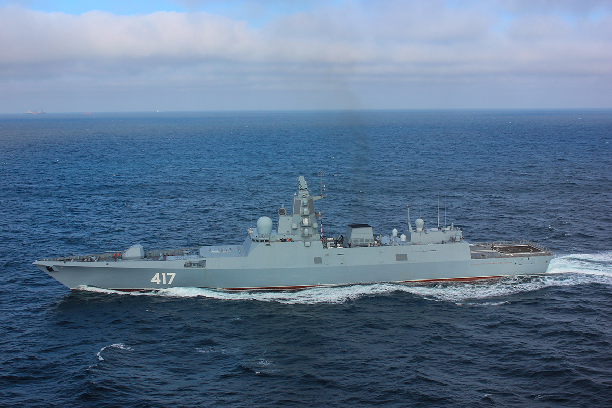 Prototypowa fregata Gorszkow projektu 22350, to największy i najciekawszy bojowy okręt nawodny włączony do służby w WMF w ostatnich latach. Jego budowa zajęła jednak ponad dekadę. Drugi z serii Admirał Fłota Kasatonow dopiero rozpoczął próby morskie. Budując fregaty w tym tempie, Rosjanie pozyskają ich odpowiednią liczbę za kilkadziesiąt lat... Fot. MO FR