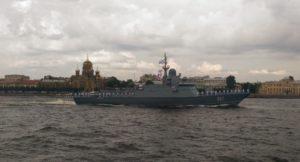 Ten niepozorny okręt, jako jedyny z bojowych trafił w ubiegłym roku na Bałtyk. To pierwszy z Karakurtów – Mitiszczi (tu jeszcze jako Uragan). Jego zasadniczym uzbrojeniem jest pionowa wyrzutnia uniwersalna UKSK systemu Kalibr-NK z ośmioma komorami do pocisków manewrujących i przeciokrętowych. Fot. Koysak13/Wikipedia